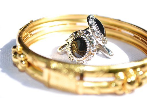 image of gold wedding band and ear rings to sell at online auction